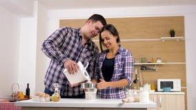 Koppla ihop matlagning för att baka tillsammans stock video