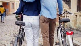 Koppla ihop med cykeln stock video