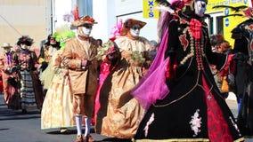 Koppla ihop med en Venetian maskering på karnevalet av Limoux i Auden, Frankrike stock video