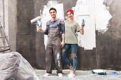 Koppla ihop med målarfärgrullar, hem- begrepp för renovering Royaltyfri Foto