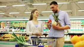 Koppla ihop med mat i shoppingvagn på livsmedelsbutiken lager videofilmer