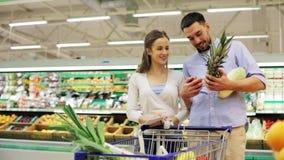 Koppla ihop med mat i shoppingvagn på livsmedelsbutiken stock video