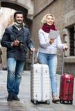 Koppla ihop med resväskor, kameran och översikten utomhus Arkivfoto