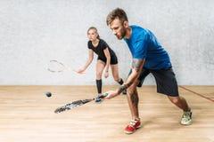 Koppla ihop med squashracket, inomhus utbildningsklubba arkivbilder