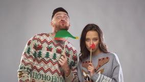 Koppla ihop med stöttor för julpartiet på fotobåset lager videofilmer