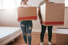 Koppla ihop med stora kartonger som flyttar sig till det nya stället Fotografering för Bildbyråer