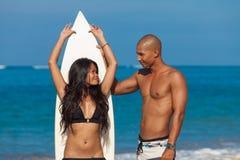 Koppla ihop med surfingbrädan fotografering för bildbyråer