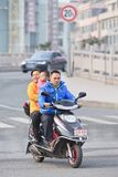 Koppla ihop med ungen på den elektriska sparkcykeln, Wenzhou, Kina Royaltyfri Foto