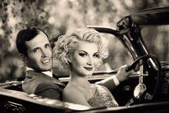 Koppla ihop och den retro cabrioleten Royaltyfri Foto