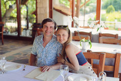Koppla ihop på cafen Royaltyfria Foton