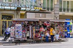 Koppla ihop på en nyheternamedelkiosk i Madrid Arkivfoton