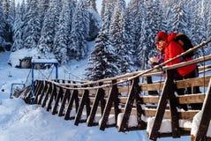 Koppla ihop på en upphängningbro i vinter royaltyfria bilder