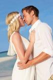 Koppla ihop på härligt strandbröllop Royaltyfria Foton