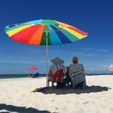 Koppla ihop på strand Royaltyfria Foton