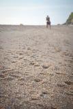 Koppla ihop på stranden Fotografering för Bildbyråer
