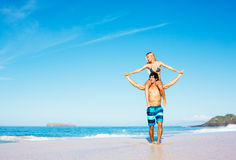 Koppla ihop på stranden Royaltyfri Fotografi