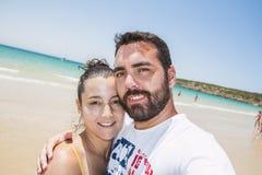 Koppla ihop på stranden Arkivfoto