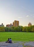 Koppla ihop på UptownManhattan horisont i den västra Central Park Arkivbild