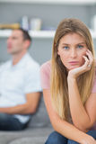 Koppla ihop samtal inte efter en tvist på soffan med kvinnalooki Arkivfoton
