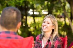 Koppla ihop samtal och att skratta på en campa tur Arkivbilder