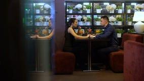 Koppla ihop samtalet i restaurang arkivfilmer
