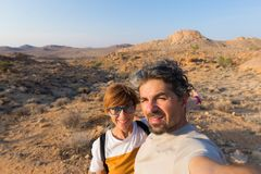 Koppla ihop selfie i öknen, den Namib Naukluft nationalparken, den Namibia vägturen, loppdestination i Afrika royaltyfri bild