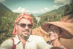 Koppla ihop selfie p? berg?verkant p? den Nong Khiaw panoramautsikten ?ver destination f?r det Nam Ou River dalLaos loppet i Sout arkivbilder