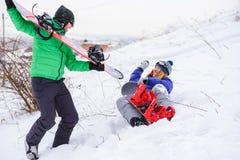 Koppla ihop snowboarders som spelar och har gyckel i natur Fotografering för Bildbyråer