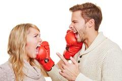 Koppla ihop stridighet med boxninghandskar Fotografering för Bildbyråer