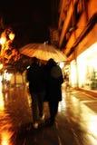 Koppla ihop under ett paraply Royaltyfri Foto