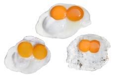 Koppla samman att steka ägg som isoleras på vit bakgrund med den snabba banan arkivfoton