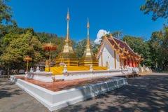 Koppla samman den guld- pagoden framme av buddistkyrkan på Wat Phra Thart Arkivfoto
