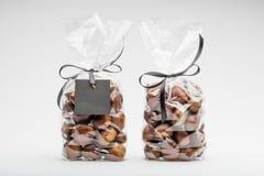 Koppla samman eleganta plastpåsar av söta kastanjer för gåva Arkivbild