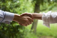 kopplad av handskakning Fotografering för Bildbyråer