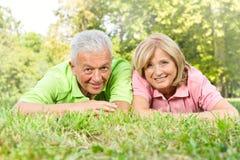 kopplad av lycklig gamla människor Arkivbild