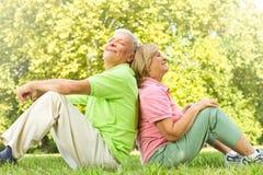 kopplad av lycklig gamla människor Arkivfoton
