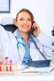 kopplad av talande kvinna för doktor medicinsk telefon Royaltyfria Bilder