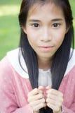 Kopplar av rosa lyckligt för tonårig härlig flickaklänning och på Park Fotografering för Bildbyråer