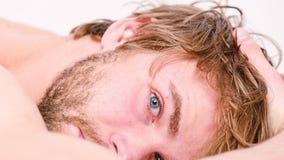 Kopplar av sk?ggigt macho f?r grabb i morgon Slutsumman kopplar av begrepp Kopplar av attraktivt macho f?r man och att k?nna sig  royaltyfri bild