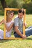 Koppla ihop förälskat i inrama Royaltyfria Bilder
