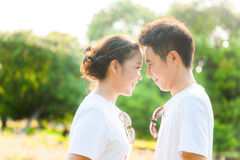 Kopplar ihop förälskat på fältet royaltyfri bild