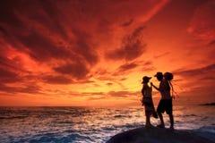 Kopplar ihop på stranden royaltyfria foton