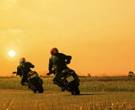 Kopplar ihop vänmotorcykelryttaren som cyklar på asfalthuvudvägagains Royaltyfri Foto
