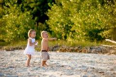 Kopplar samman att gå på stranden Royaltyfria Foton