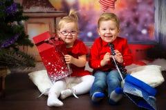 Kopplar samman att posera i jullandskap Royaltyfria Foton