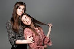 Kopplar samman kvinnor med naturligt smink Royaltyfri Foto