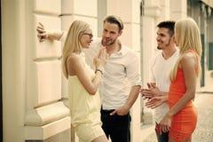 Kopplar samman kvinnor, och män möter på gatan på sommardag Royaltyfri Fotografi