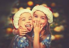 Kopplar samman lyckliga roliga barn för jul systrar Fotografering för Bildbyråer