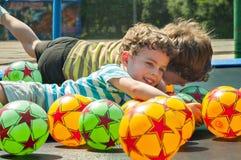 Kopplar samman på trampolinen Fotografering för Bildbyråer