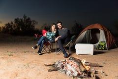 Kopplat av lyckligt kopplar ihop att tycka om utanför tältet fotografering för bildbyråer